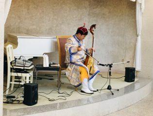 モンゴルの民族楽器「馬頭琴」ロビーコンサート開催